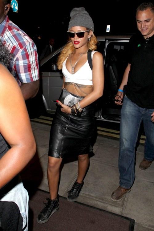 Rihanna saia de couro e top branco com o famoso colar corpo